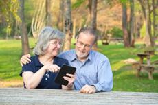 Ältere Menschen lesen E-Books leichter als gedruckte Bücher